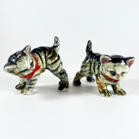 Vintage ceramic cat salt and pepper shakers